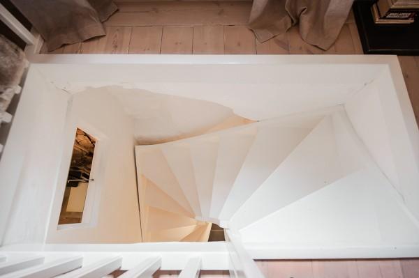 10-White-stairwell-600x399