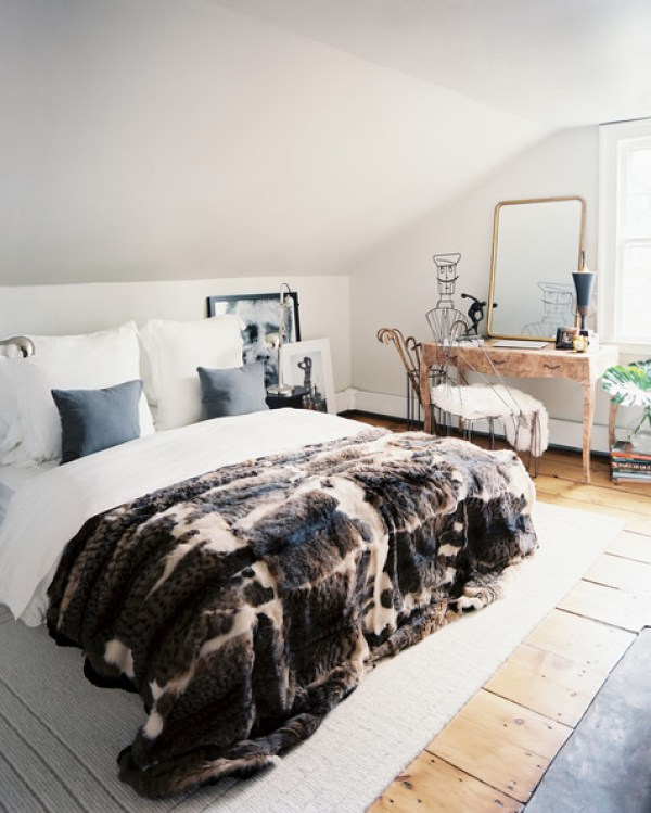 White-bed-dressed-white-linens-fur-throw-bmRiBhZqmHal